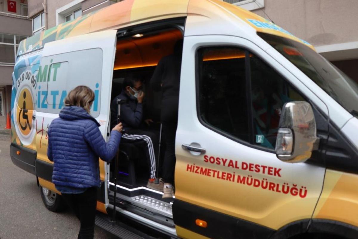 Yürüme güçlüğü yaşayan vatandaşın yardımına engelsiz taksi yetişti