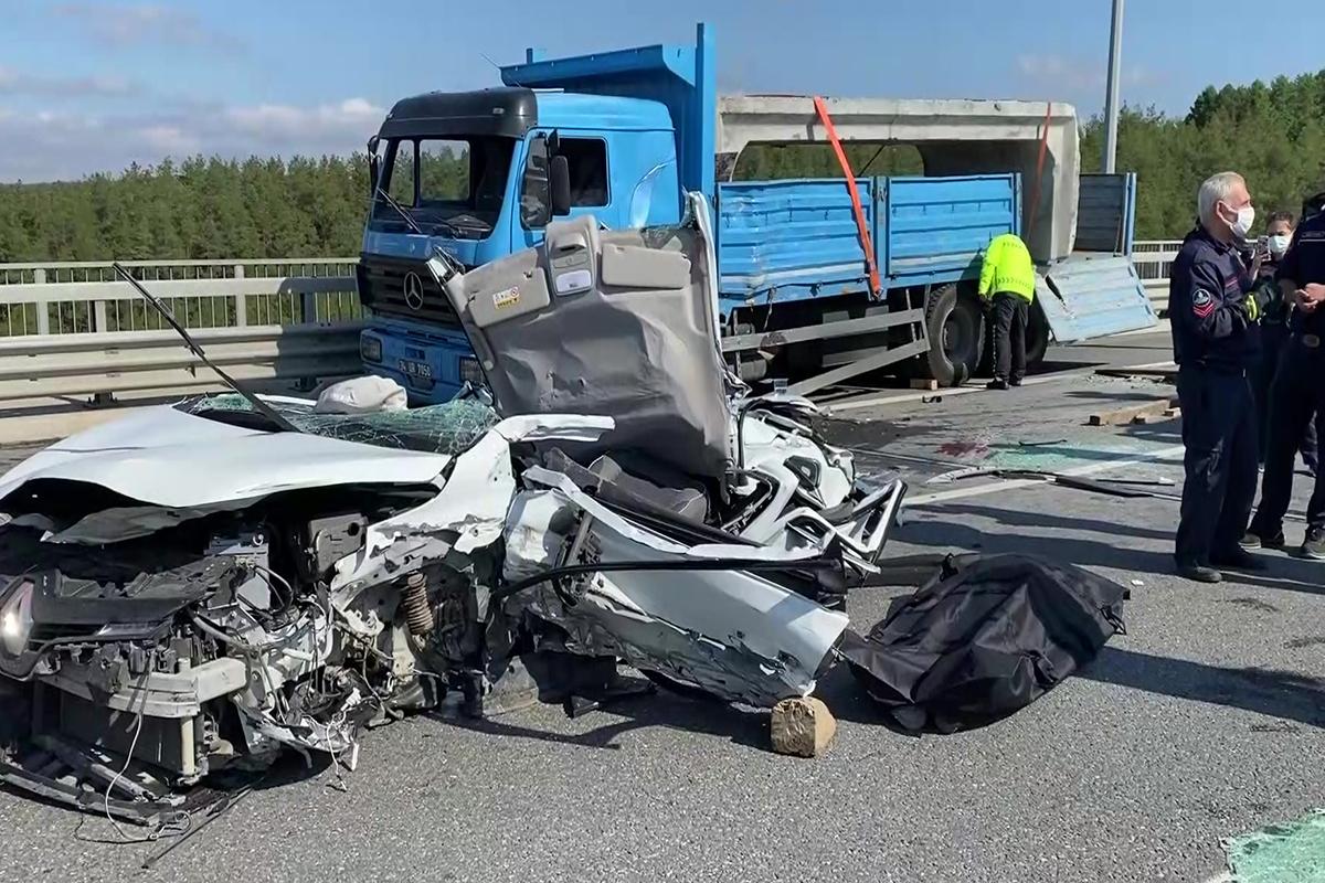 Beykoz'da İSKİ'ye ait kamyon otomobil üzerine devrildi: 1 ölü