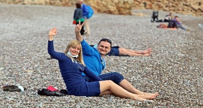 Turistler, yeni yılın ilk gününde denizin ve güneşin tadını çıkardı