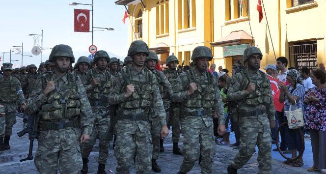 Askerler Kordon'u 'Şehitler ölmez vatan bölünmez' haykırışlarıyla inletti