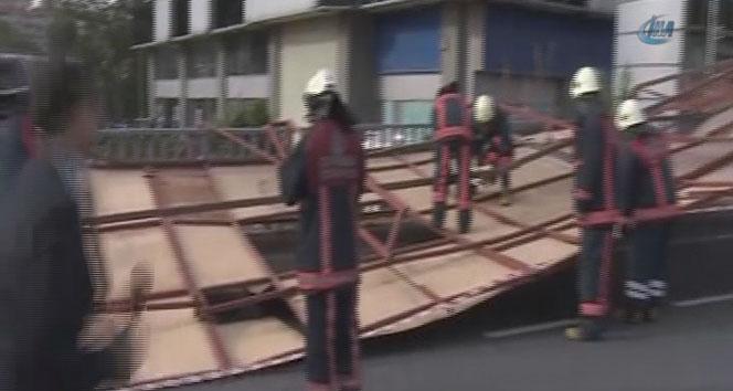 Merterde fırtına inşaat bariyerini devirdi