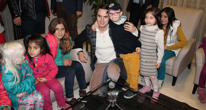 Mustafa Ceceli, Downlu çocuklarla şarkı söyledi