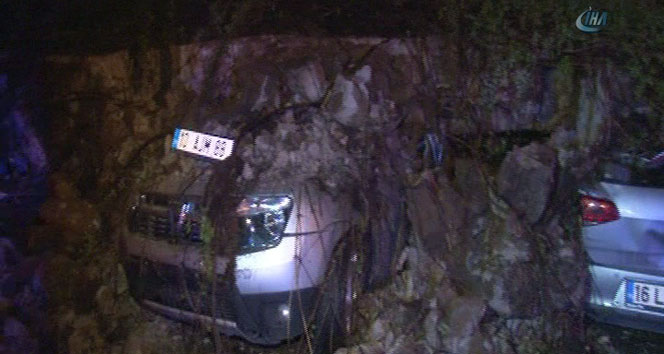 İstinat duvarı 6 otomobilin üzerine çöktü